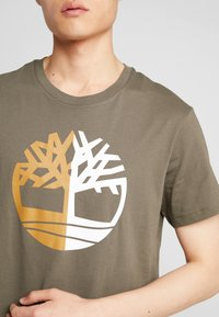 Timberland - TREE LOGO TEE - T-Shirt print - grape leaf - 5