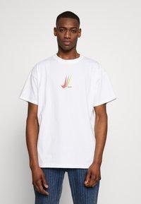 Nike SB - NIKE SB SKATEBOARD-T-SHIRT FUR HERREN - Print T-shirt - white - 0