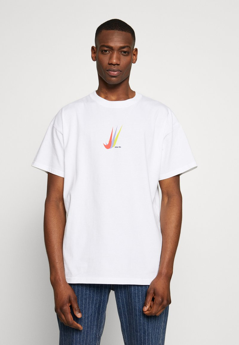Nike SB - NIKE SB SKATEBOARD-T-SHIRT FUR HERREN - Print T-shirt - white