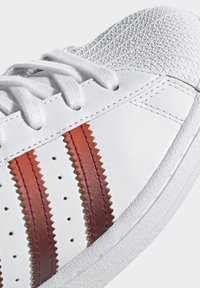 adidas Originals - SUPERSTAR SPORTS INSPIRED SHOES - Baskets basses - ftwr white/power berry/pink tint - 7