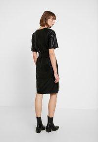 NA-KD - V FRONT BUCKLE BELT DRESS - Robe d'été - black - 3