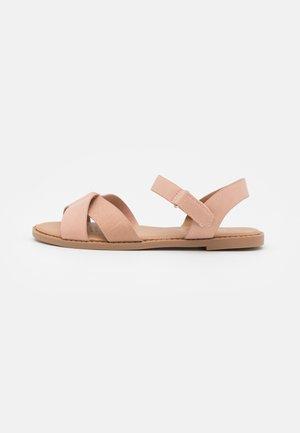CROSSOVER TEXTURED  - Sandaalit nilkkaremmillä - zephyr pink