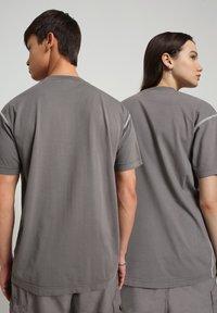 Napapijri - S-KEE - T-shirt med print - grey gargoyle - 3