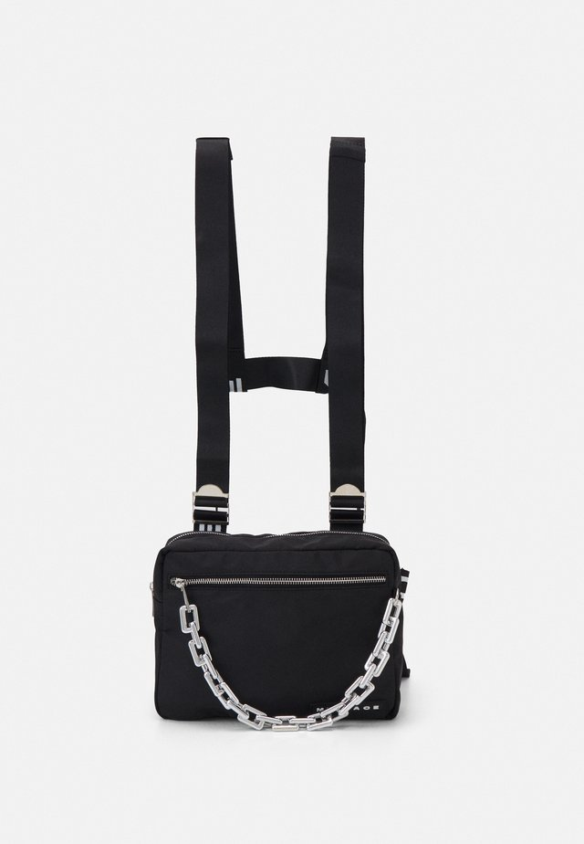 CHUNKY CHAIN BODY BAG UNISEX - Ledvinka - black
