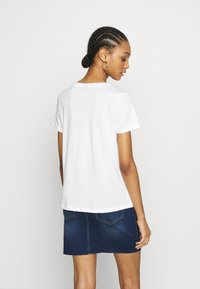 Vero Moda - VMALMA DANDELOIN FRANCIS - T-shirts med print - snow white - 2