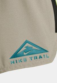 Nike Performance - TRAIL - Friluftsshorts - light lemon twist/moon fossil/bright spruce - 2