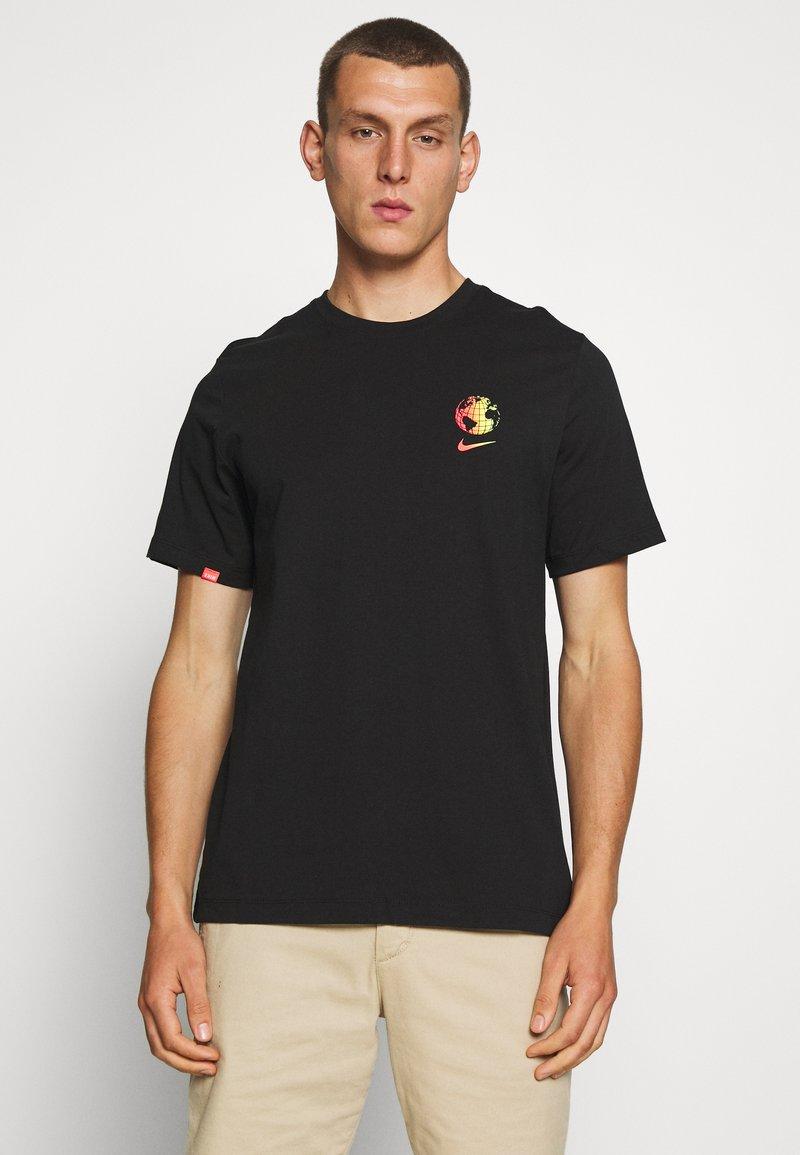 Nike Sportswear - M NSW WORLDWIDE GLOBE  - T-shirt imprimé - black