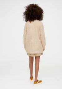 PULL&BEAR - MIT KNOPFLEISTE - Vest - beige - 2