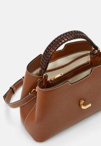 Bally - JORAH TOP HANDLE - Handbag - cuero - 8