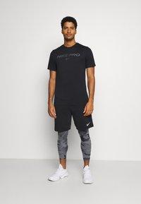 Nike Performance - TEE PRO - Print T-shirt - black/iron grey - 1