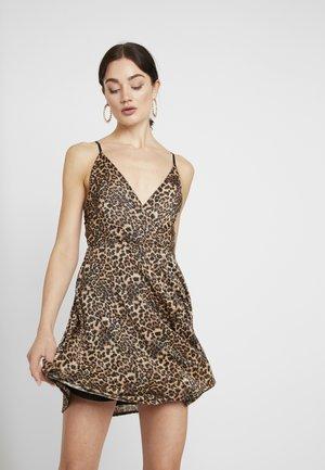LEOPARD V NECKLINE DRESS - Žerzejové šaty - brown