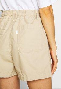 Levi's® - PLEATED UTILITY - Shorts - crisp - 3