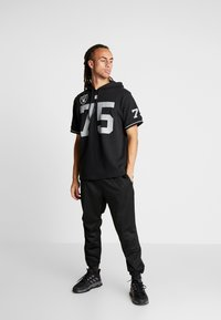 Mitchell & Ness - NFL NAME NUMBER HOODED SHORT SLEEVE - Sweat à capuche - black - 1
