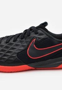 Nike Performance - TIEMPO JR LEGEND 8 ACADEMY IC UNISEX - Indoor football boots - black/dark smoke grey/chile red - 5