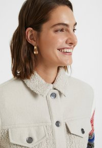 Desigual - CHAQ_CHARLIE - Giacca in pile - white - 4