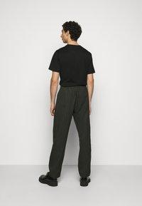 Han Kjøbenhavn - TROUSERS - Trousers - green stripe - 2