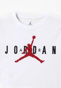Jordan - BRAND TEE - Printtipaita - white - 2