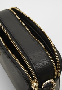 DKNY - BRYANT CAMERA BAG SUTTON - Across body bag - black/gold-coloured