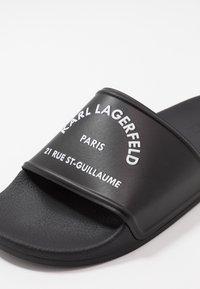 KARL LAGERFELD - KONDO MAISON KARL SLIDE - Pantofle - black - 5