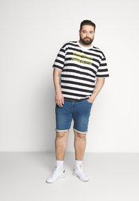 Common Kollectiv - PLUS WILSON STRIPE - T-shirt z nadrukiem - white - 1