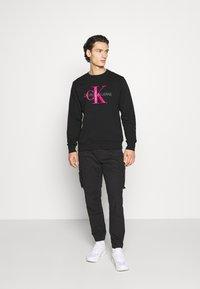 Calvin Klein Jeans - MONOGRAM CREW NECK - Sweatshirt - black/pink - 1