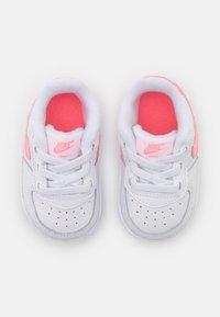 Nike Sportswear - FORCE 1 CRIB UNISEX - Chaussons pour bébé - white/sunset pulse/black - 3