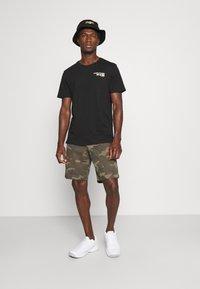 GAP - IN PRINTED - Shorts - khaki - 1