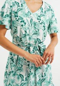 WE Fashion - MET BLOEMENDESSIN - Maxi dress - white - 4