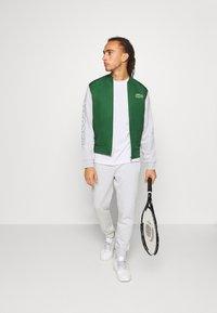 Lacoste Sport - TENNIS  - Print T-shirt - white/green - 1