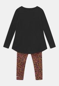 Nike Sportswear - LEOPARD HEART SET - Leggings - Trousers - chutney - 1
