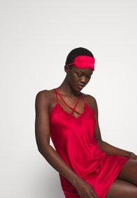 Anna Field - GIFT SET - Chemise de nuit / Nuisette - dark red - 3