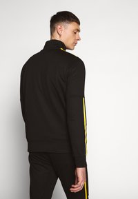 Criminal Damage - WISE PANEL - Sudadera - black/yellow - 2