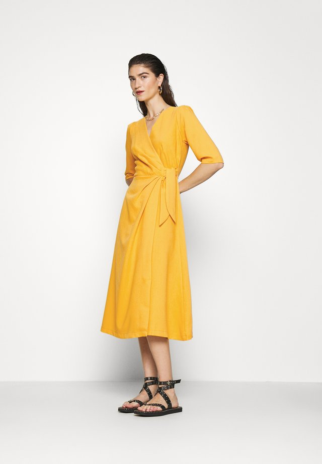 CLOSET SHORT SLEEVE WRAP DRESS - Robe fourreau - mustard
