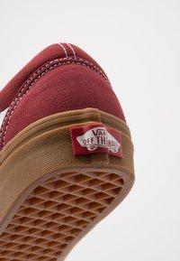Vans - OLD SKOOL UNISEX - Sneakersy niskie - rosewood/true white - 6