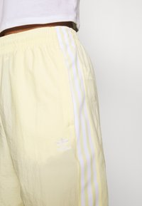 adidas Originals - LOCK UP ADICOLOR NYLON TRACK PANTS - Joggebukse - easy yellow/white - 5