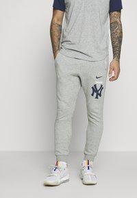 Nike Performance - NEW YORK YANKEES COLOR BAR CLUB JOGGERS - Club wear - dark grey heather - 2