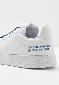 adidas Originals - SUPERCOURT SPORTS INSPIRED UNISEX - Trainers - footwear white/collegiate royal - 7