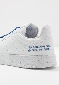 adidas Originals - SUPERCOURT SPORTS INSPIRED UNISEX - Sneakersy niskie - footwear white/collegiate royal - 7