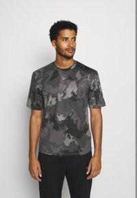 adidas Performance - AEROREADY TRAINING SHORT SLEEVE TEE - Camiseta estampada - grey four - 0