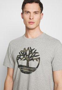 Timberland - KENNEBEC RIVER CAMO TREE TEE - Print T-shirt - medium grey heather - 3