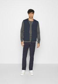 Pier One - 2 PACK  - Stickad tröja - dark blue/mottled dark grey - 1