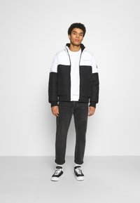 Calvin Klein Jeans - COLORBLOCK PUFFER - Kurtka zimowa - bright white/black - 1