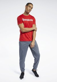 Reebok - ELEMENTS SPORT SHORT SLEEVE GRAPHIC TEE - Print T-shirt - red - 1