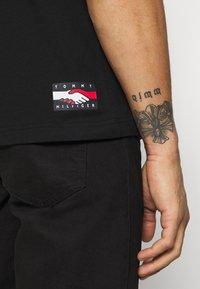 Tommy Hilfiger - ONE PLANET FRONT LOGO TEE UNISEX - T-shirt med print - black - 4