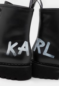 KARL LAGERFELD - TROUPE BRUSH LOGO BOOT HI - Lace-up ankle boots - black - 6