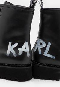 KARL LAGERFELD - TROUPE BRUSH LOGO BOOT HI - Šněrovací kotníkové boty - black - 6