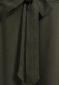 Dorothy Perkins Maternity - UNDER BUMP TIE WAIST - Shorts - khaki - 2