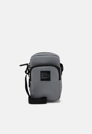 BAG CROSSBODY REFLECTIVE - Umhängetasche - silver