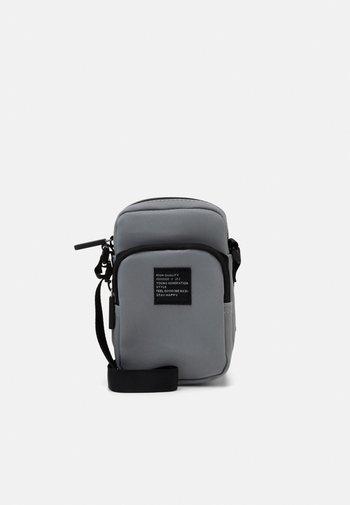 BAG CROSSBODY REFLECTIVE - Across body bag - silver