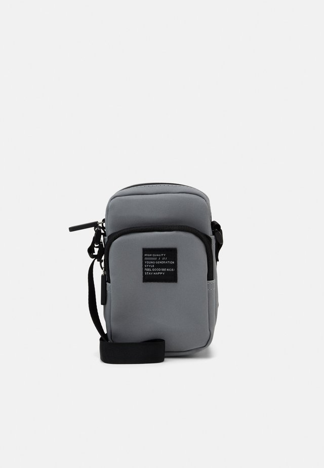 BAG CROSSBODY REFLECTIVE - Olkalaukku - silver